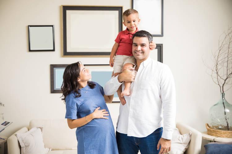 familia con hijo mujer embarazada