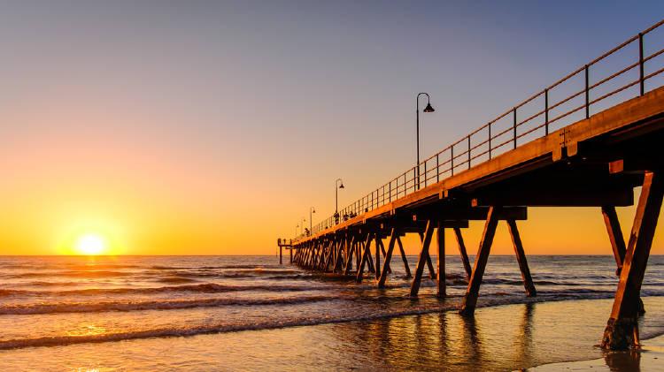 puesta de sol en la playa en adelaide australia
