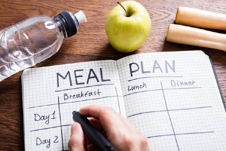 cuaderno con tabla para planificar comidas en la semana