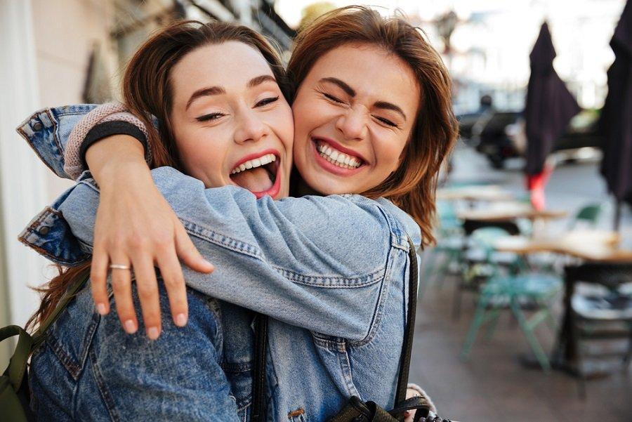abrazo amigas feliz alegria