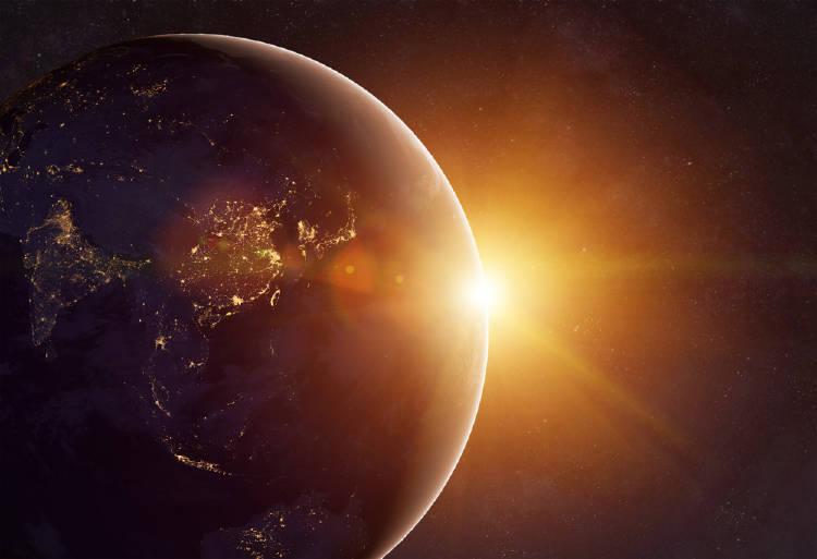 La Tierra con el Sol detrás