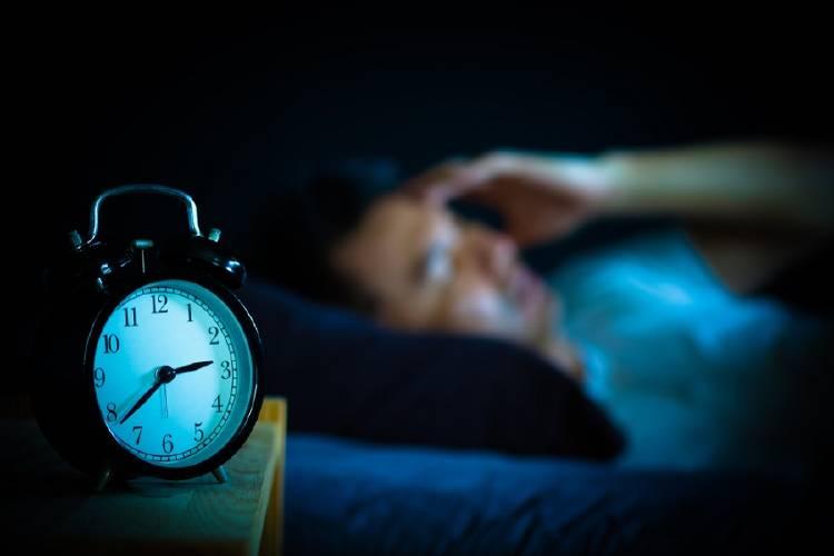 hombre no puede dormir sufre de insomnio