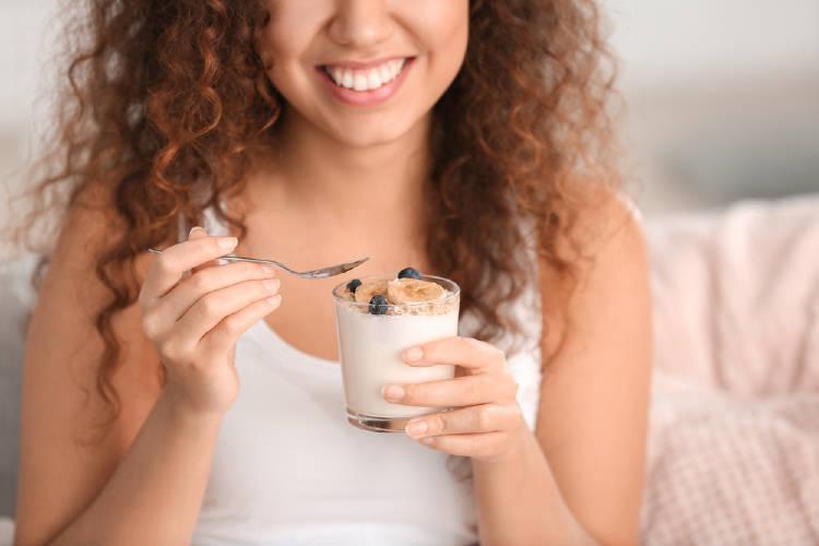 mujer come yogur