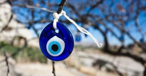 El curioso y ancestral origen del mal de ojo y los amuletos que lo curan