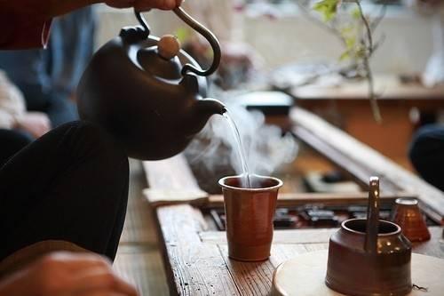 ¿Por qué deberías cambiar el café por el té durante algún tiempo?