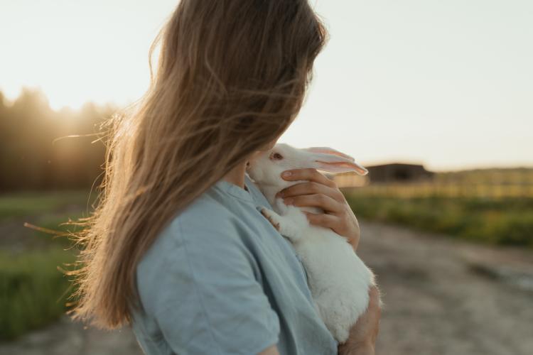 mujer-conejo-abrazo
