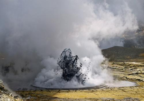 Volcán de lodo en Colombia provoca sorpresivas erupciones