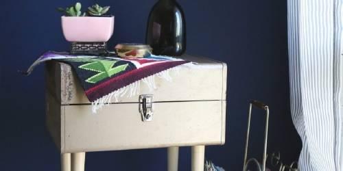 Convierte una maleta en mesa de luz