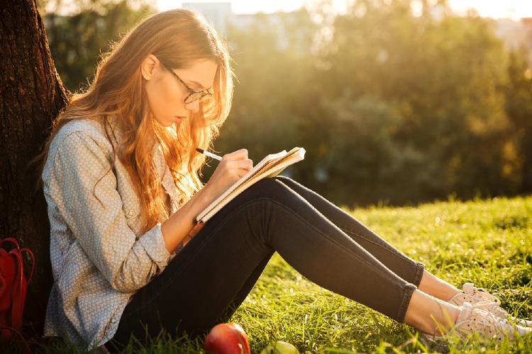 mujer escribe cuaderno parque.jpg