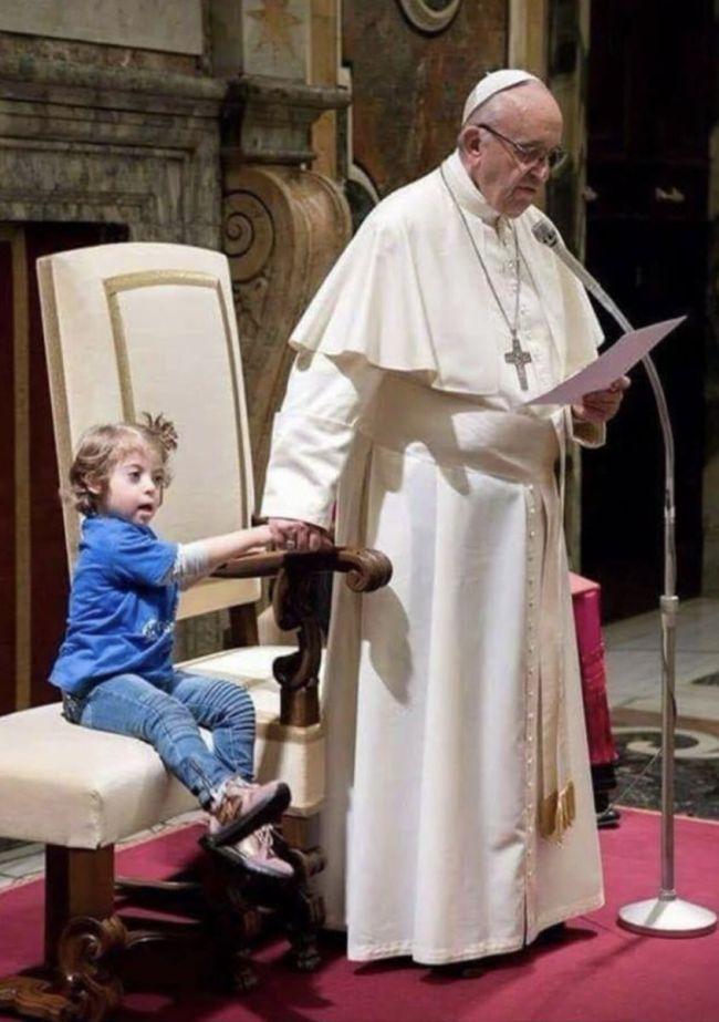 El Papa la invitó cálidamente a sentarse junto a él