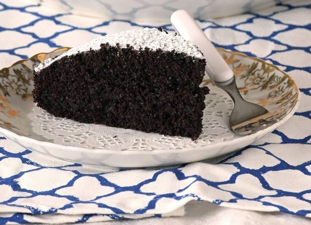 Pastel esponjoso de chocolate y café sin huevos ni lácteos