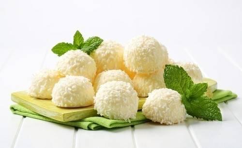 Suaves bombones de coco y limón