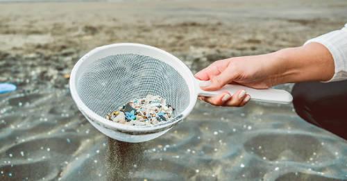 Estudiantes crearon una máquina para separar el microplástico de la arena