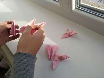 manos haciendo origami