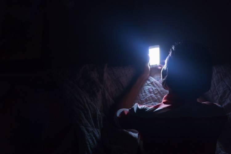 Vamping: cómo te afecta usar el celular de noche