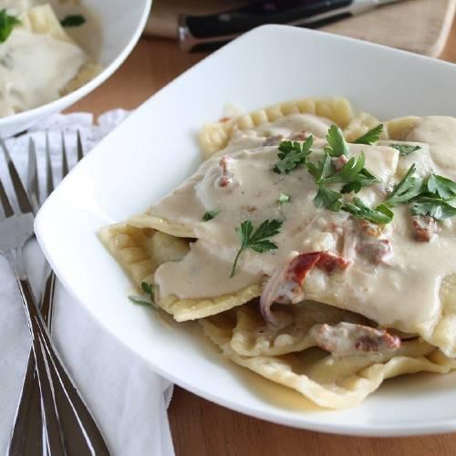 Receta: ravioles rellenos de hongos con crema de tomates secos al ajo
