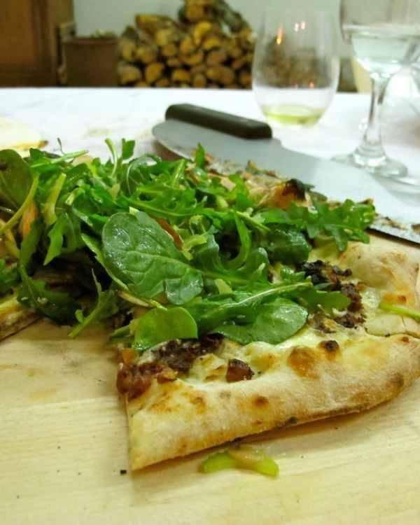 Pizza con tapenade y rúcula