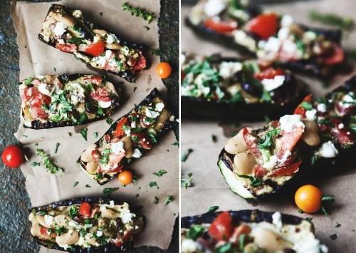 Zucchinis grillados rellenos con tomate, pesto y aceitunas