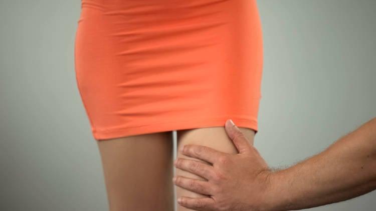 Esto es lo que significa que un hombre te toque la pierna según el lenguaje corporal