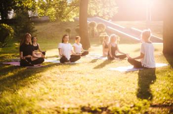 mujeres practican yoga en la naturaleza