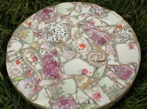 Transforma tu vajilla rota en hermosas baldosas para el jardín