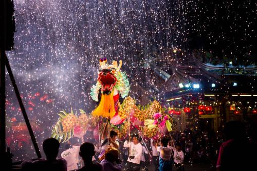 dragon con luces de todos colores en un desfile tradicional por el año nuevo chino