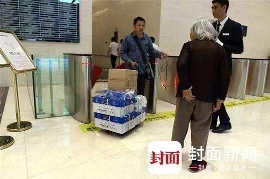 Hace aproximadamente siete años, la madre de Cai Yujun fue diagnosticada con Alzheimer