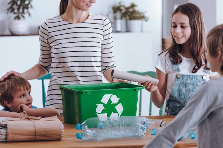 Una madre reciclando con su familia