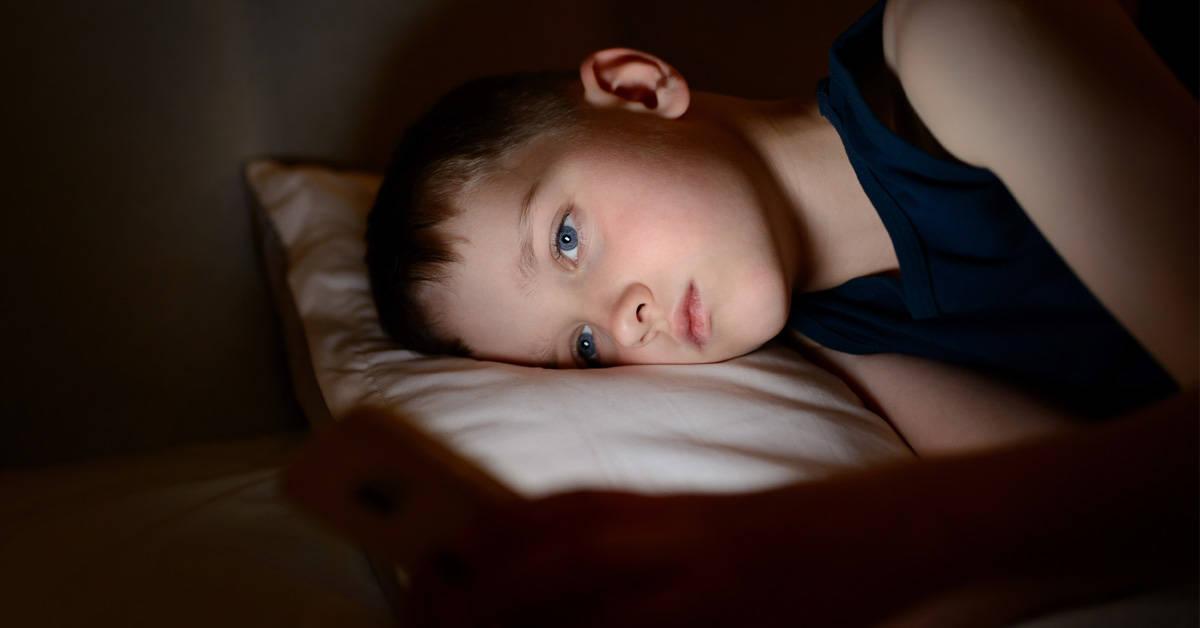 Expertos comparan el uso de celulares en niños con la adicción a las drogas
