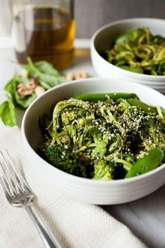 Espaguetis de zucchini con brócoli y pesto