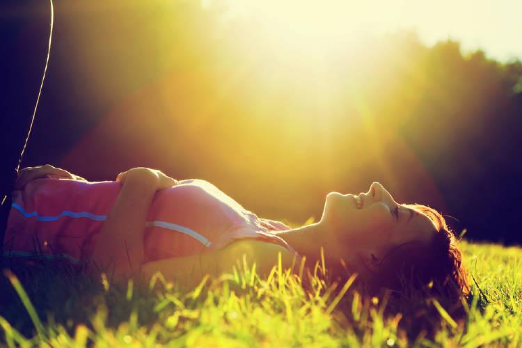 mujer libre descansa en la naturaleza