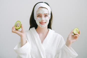 mujer aplicando tratamiento de belleza natural