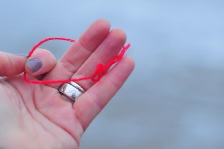 Hilo rojo en la muñeca: revelamos todos los secretos del amuleto más potente