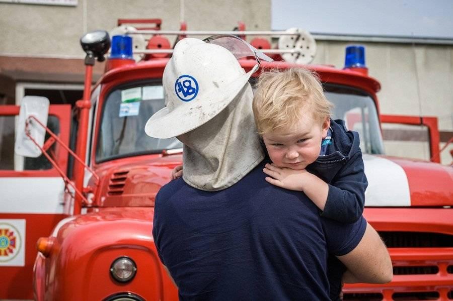 Así fue el heroico momento en el que un repartidor de leche salva a un bebé que