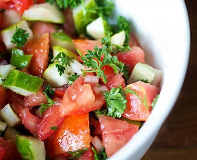 Cómo hacer una ensalada diurética de pepino y tomate