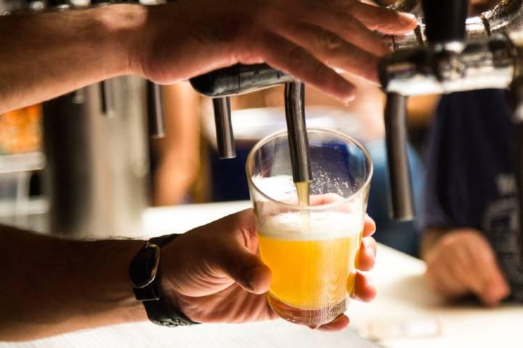 Sirviendo un vaso de cerveza