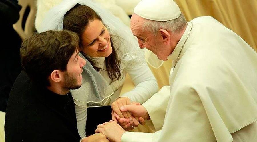 Contradiciendo lo que ha sostenido la iglesia, el Papa prefiere que los matrim..