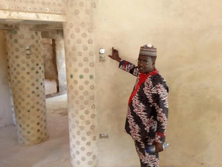 Es nigeriano y construyó una casa con 14.800 botellas de plástico reutilizado