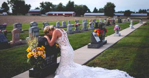 La historia detrás de la conmovedora foto de la novia que llora sobre la tumba de su prometido