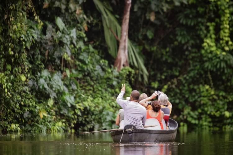 familia en bote mirando la naturaleza ecoturismo