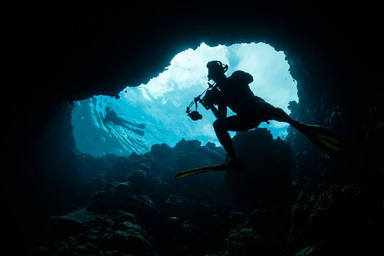 buceador explora un hoyo azul en palaos