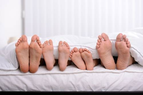 ¿Dormirías en una cama gigante con toda tu familia? Ellos tomaron una decisi..