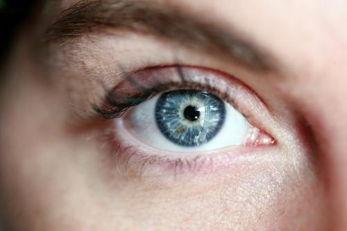 ¿Por qué la contaminación ambiental podría causar ceguera?