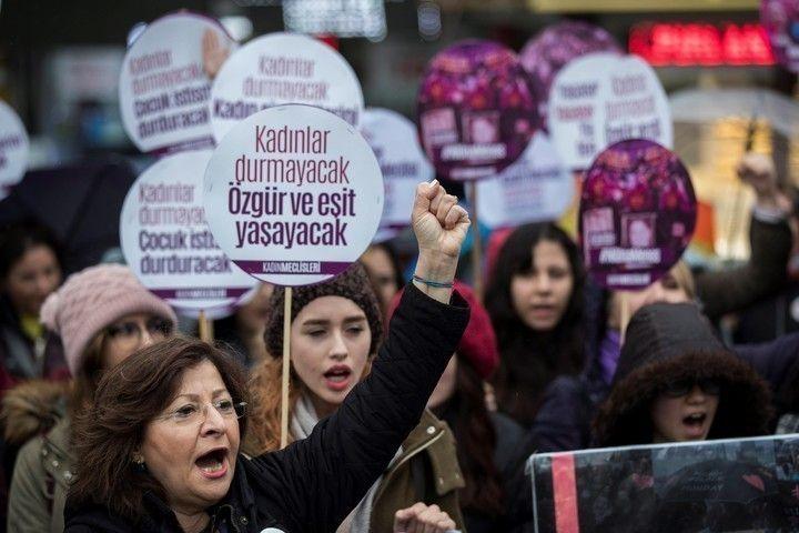 Mujeres protestan en una marcha con motivo del Día Internacional de la Mujer en Estambul, Turquía