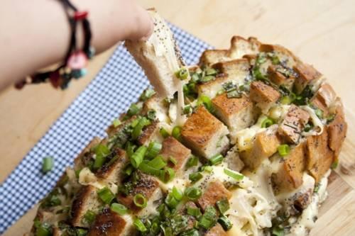Facilísimo pan relleno con queso derretido y cebolla