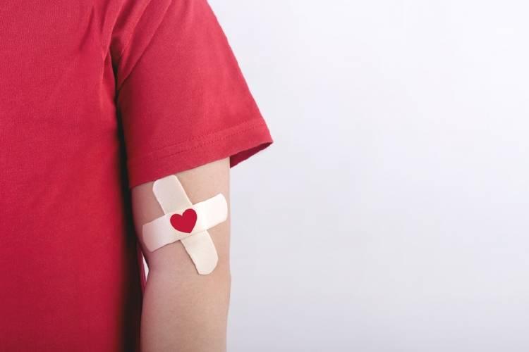 Un niño con una venda adhesiva en el brazo