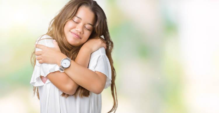 joven feliz se abraza a si misma