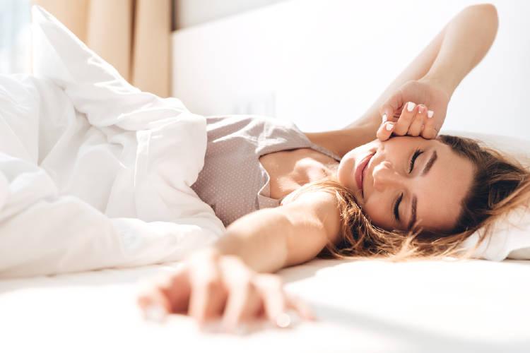 mujer cama sol