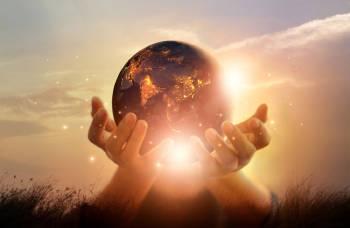 manos sostienen el planeta tierra luminoso simbolo de sanacion