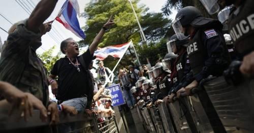 El día en que la policía bajó las armas y se unió a los manifestantes